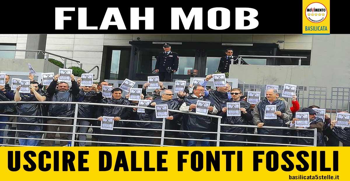 """Il """"flash mob"""" #NOPETROLIO #NOPITTELLA pungolo per  far riflettere sullo scempio del territorio e sui concreti rischi che ne derivano per i lucani"""